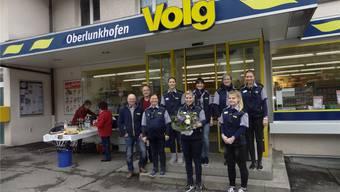 Das Personal des Volg-Ladens Oberlunkhofen mit Bereichsleiter Roman Villiger (ganz links) und Andreas Schüpbach, dem Präsidenten der Landi Freiamt.CHR
