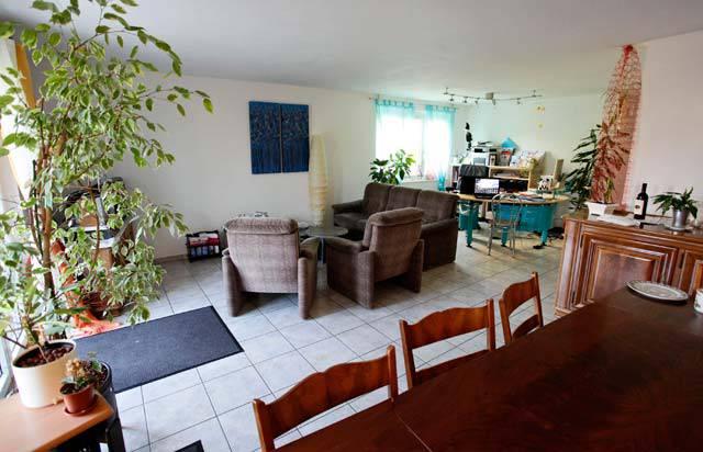 Der Wohnbereich im Erdgeschoss mit Büroecke des Hausleiters.