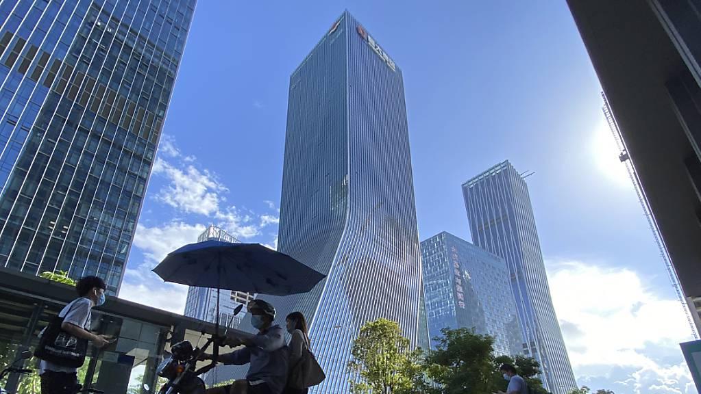 Der schwer angeschlagene chinesische Immobilienkonzern Evergrande hat am Donnerstag trotz anhaltender Ängste vor Zahlungsausfällen an der Hongkonger Börse einen Kurssprung hingelegt. Im Bild der Hauptsitz von Evergrande in Shenzhen. (Archivbild)