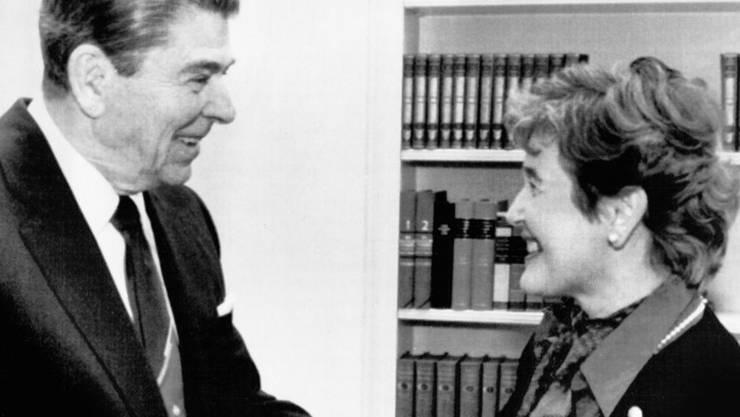 """Sie nannte ihn """"warmherzig"""", er sie """"charming"""": Die erste Schweizer Bundesrätin Elisabeth Kopp am 9. November 1987 mit US-Präsident Ronald Reagan im Oval Office. (Archivbild)"""