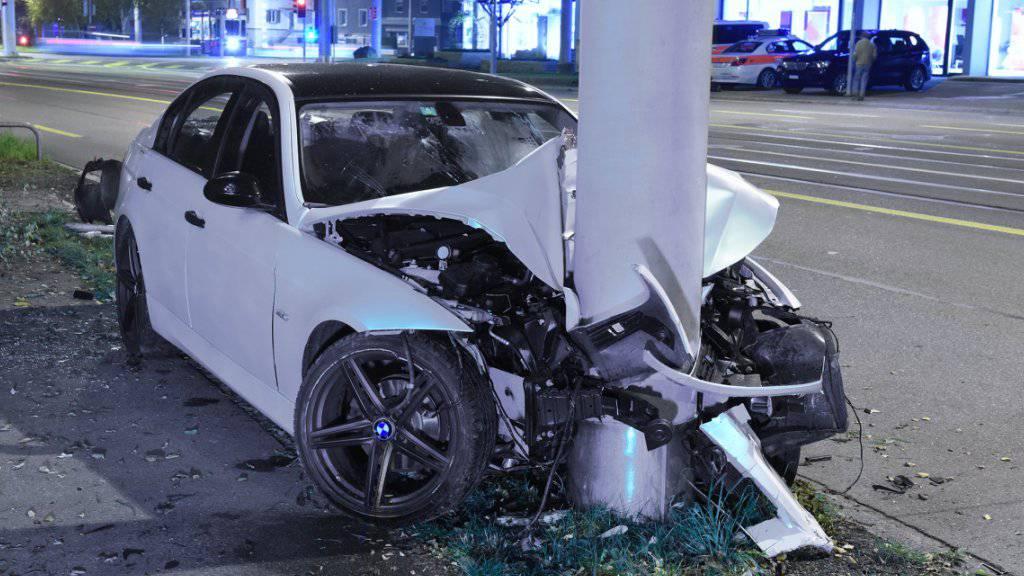 Warum der 18-jährige Lenker die Kontrolle über sein Auto verlor ist noch unklar.