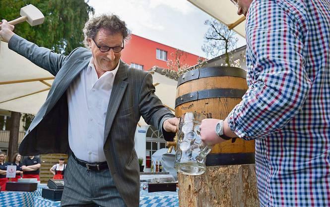 Geri Müller beim Anzapfen - Eröffnung des Biergarten in Baden April  2013.