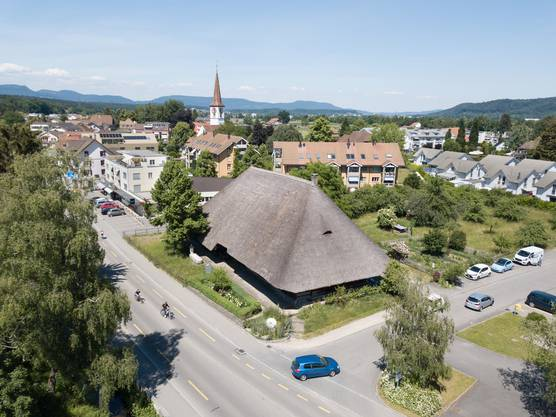 Während das grösste Strohdachhaus von Kölliken mitten im Dorf zu stehen gekommen ist – wobei das einmal anders war. Beim Bau 1802 war das Haus noch von weiten Wiesen umgeben.