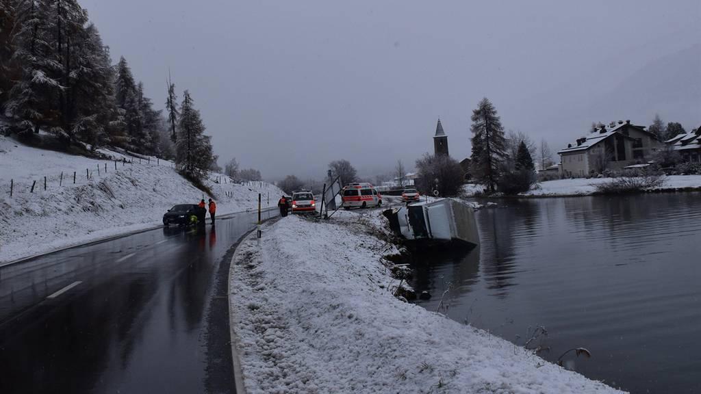 Lieferwagen landet nach Kollision im Silsersee
