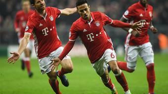 Der FC Bayern München im Höhenflug: Thiago Alcantara (vorne) traf gegen Arsenal gleich doppelt