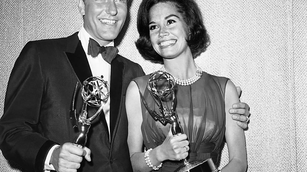 Nicht nur in der Schornsteinfeger-Rolle erfolgreich: US-Schauspieler Richard Wayne «Dick» Van Dyke freut sich zusammen mit  Kollegin Mary Tyler Moor über ihre Emmys für die «The Dick Van Dyke Show». Foto: --/AP/dpa