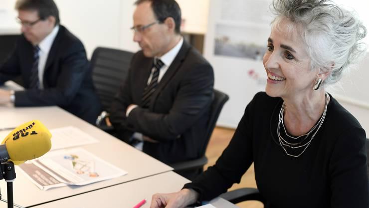 """Lothar Zioerjen, Stadtpräsident von Dübendorf, Lino Guzzella, Praesident ETH Zürich und Carmen Walker Spaeh, Regierungsrätin des Kantons Zürich sprechen zum """"Innovationspark Zürich"""" an einer Medienkonferenz in Dübendorf."""