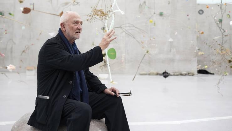 Peter Zumthor im Garten, den das Künstlerpaar SteinerLenzlinger in Bregenz eingerichtet hat.