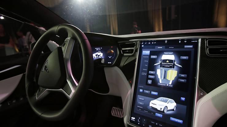 """Der US-Hersteller eines selbstfahrenden Autos sagt der Unfall eines Wagens im  Norden Deutschlands sei nicht auf Probleme mit dem eingeschalteten """"Autopilot""""-Fahrassistenten zurück zu führen. Der Hersteller berief sich dabei auf Aussagen des Fahrers. (Archiv)"""