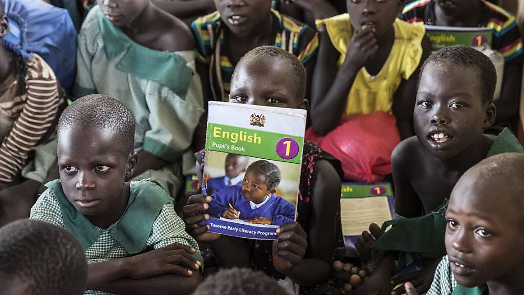 Flüchtlingskinder in Kenia während einer Englisch-Lektion - immer mehr Flüchtlingskinder haben diese Chance nicht und können keine Schule besuchen. (Archiv)