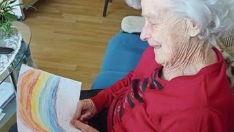Anita Brack wohnt im Süssbach Pflegezentrum und erfreut sich an einer Regenbogen-Zeichnung.