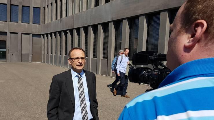 Opferverteidiger Christoph Dumartheray gibt den Medien Auskunft, nachdem er mit seinen Anträgen scheiterte.