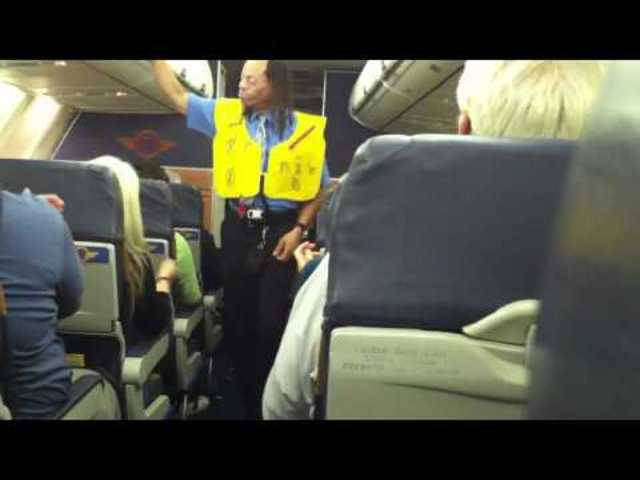 Southwest Airlines Flight Attendant David Holmes wurde durch seine Rap-Einlagen berühmt.