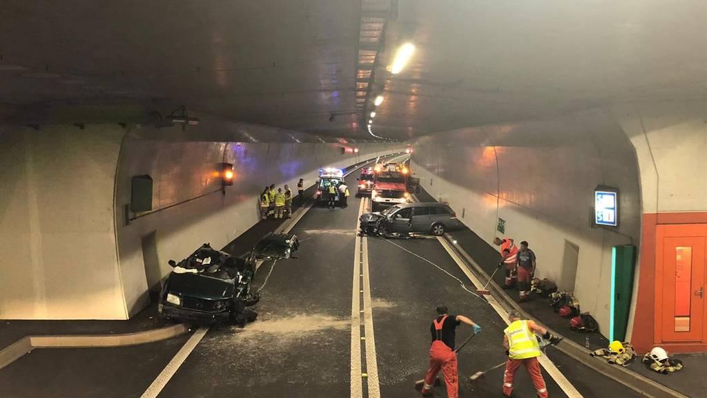 Im Tunnel San Fedele kollidierten zwei Personenwagen.
