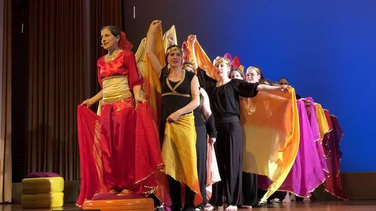 Vocal Cord Musical: «Die letzte Geschichte aus 1001 Nacht» - Derwischen gleich schweben die Tänzerinnen über die Bühne.