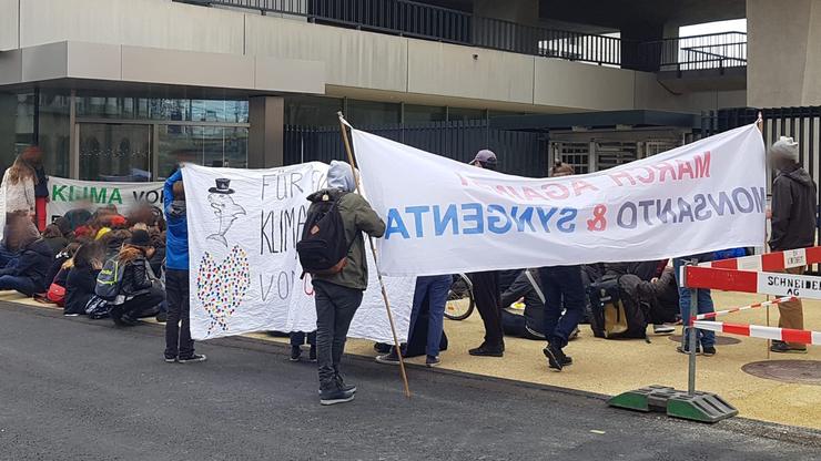 Die Klimademonstranten besetzten den Eingang.