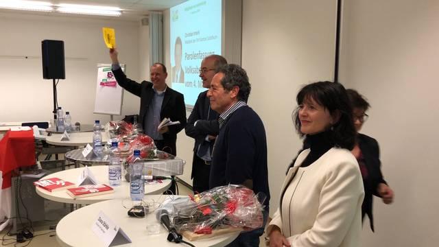 An der General- und Mitgliederversammlung der SVP Solothurn fasst die Partei ihre Parole für die Abstimmung über die «No Billag»-Initiative – Roger Schawinski schaut zu.
