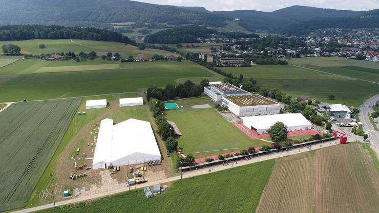 Das grosse Festzelt (l.) und das Turnzelt auf dem roten Platz (r.) wurden bereits aufgestellt, ebenso das WM- und das Party-Zelt (oben l.) sowie die Tribüne (m.).