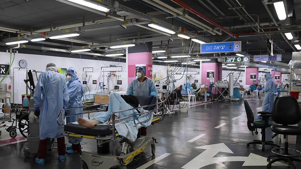 dpatopbilder - Medizinisches Personal in Schutzkleidung behandelt Corona-Patienten in einer Intensivstation, die behelfsmäßig in einer Tiefgarage des  Rambam-Krankenhaus eingerichtet wurde. Foto: Oded Balilty/AP/dpa