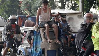 Menschen bringen sich vor dem Vulkan Taal auf den Philippinen in Sicherheit.