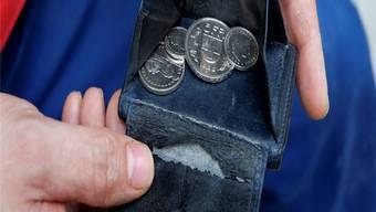 Das Portemonnaie ist leer, Rechnungen bleiben unbezahlt – die Folge sind Betreibungen und Konkurse, die ein grosses Schuldenloch hinterlassen.AZ/ARchiv