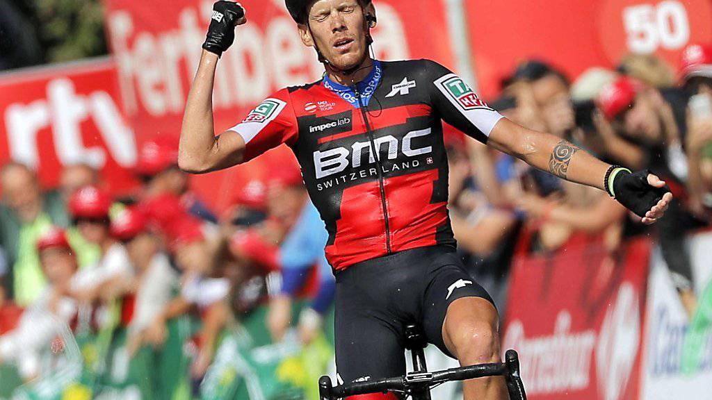 Ausgepumpt fährt der italienische BMC-Profi Alessandro De Marchi nach langen und harten 208 km dem Tagessieg entgegen