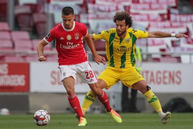 Julian Weigl (links) während des Spiels gegen Tondela, später wird der Benfica-Profi Opfer einer Attacke auf den Teambus.