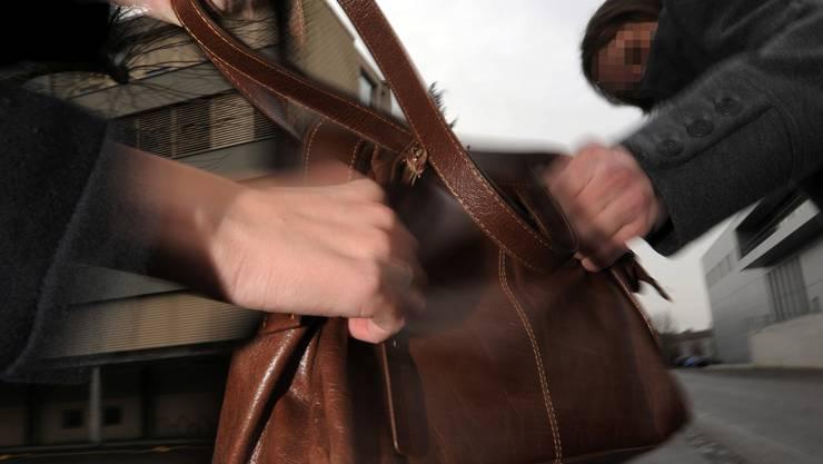 In Reinach entriss ein Libyer einer Seniorin die Tasche. Später wurde er festgenommen.