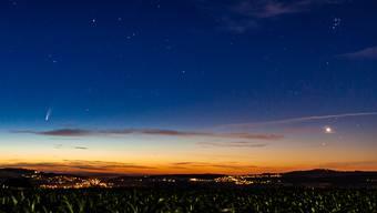 Um 3.57 Uhr auf dem Niesenberg: Links der Komet Neowise, rechts oben die Plejaden, darunter die Venus.