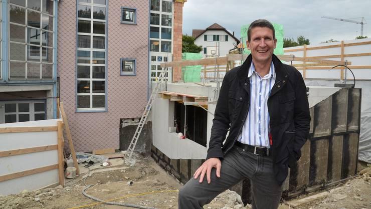 Stefan Gisler, Gemeindeammann von Buttwil, vor dem Schulhaus, das gegenwärtig erweitert wird. Er wehrt sich gegen Vorwürfe, dem Gemeinderat fehle die Dynamik zur Führung der Gemeinde. ES