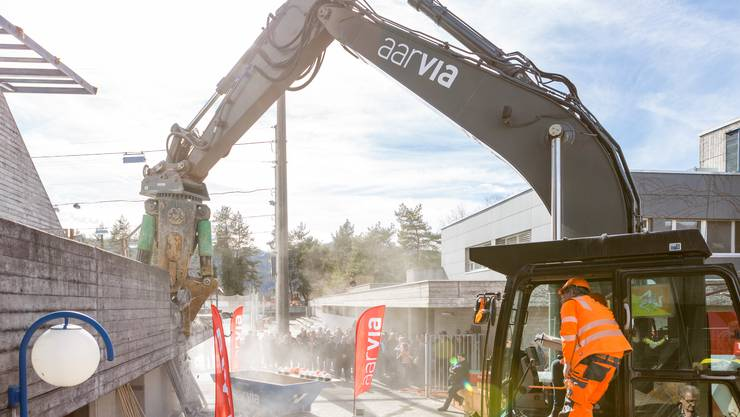 Spatenstich nach 12 Jahren Planung: Am 8. März sind die Sanierungs- und Umbauarbeiten für das Sport- und Erholungszentrum Tägerhard in Wettingen gestartet.