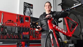 Fabian Zimmerli posiert vor der Werkbank in seinem neuen Velo-Geschäft.