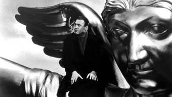 Ein Engel namens Damiel (Bruno Ganz) sitzt auf der Siegessäule und betrachtet den «Himmel über Berlin» (1987).