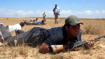 Rebellen in Libyen beim Kampftraining nahe Misrata (Archiv)