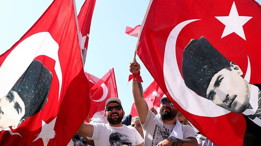 In Istanbul demonstrierten Hunderttausende Anhänger der oppositionellen kemalistischen Partei CHP für Gerechtigkeit und ihren Vorsitzenden , Kemal Kilicdaroglu. Diese Demonstranten schwingen Fahnen mit dem Konterfei des türkischen Staatsgründers Mustafa Kemal Atatürk.