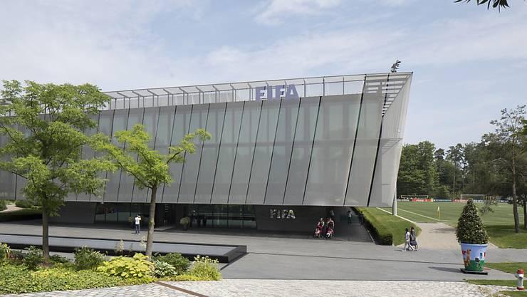 Der FIFA-Hauptsitz in Zürich. Die Bundesanwaltschaft ermittelt, ob die WM-Vergaben an Russland und Katar durch illegale Zahlungen beeinflusst wurden. Sie hat unterdessen weitere Verdachtsfälle erhalten.
