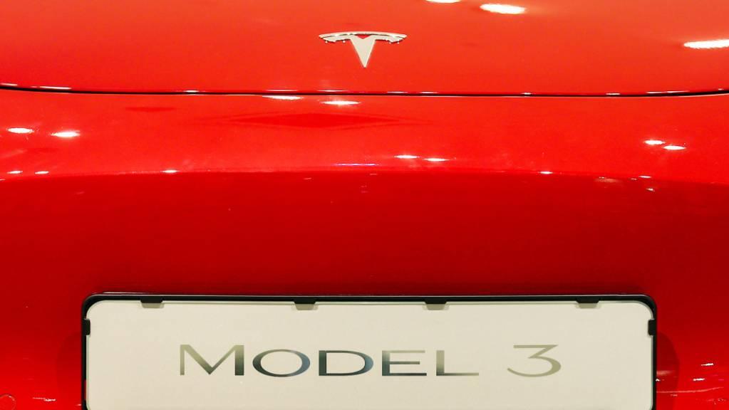 Unfälle mit Tesla-Fahrzeugen stehen derzeit bei US-Behörden im Fokus von Ermittlungen. (Symbolbild)