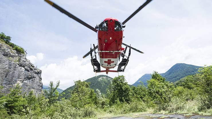 Ein Helikopter der Rega: Tests sollen zeigen, ob Helikopter künftig auf bestimmten Strecken im Blindflug auf tiefer Höhe fliegen dürfen (Archiv)