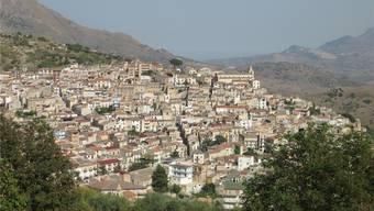 3900 Einwohner, ein knappes Dutzend Kirchen, Drehort für einen Visconti-Klassiker: Das ist Ciminna, Heimat vieler Laufner Italiener. ZVG/ Linard Candreia
