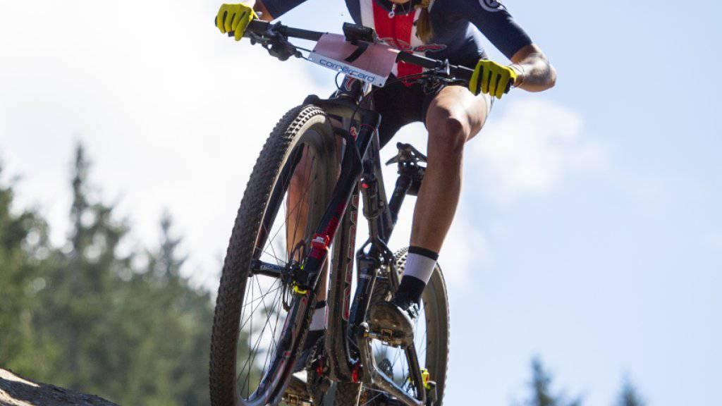 Kate Courtney, im Bild unterwegs zum WM Titel im Vorjahr in Lenzerheide, feiert in Albstadt ihren ersten Weltcupsieg