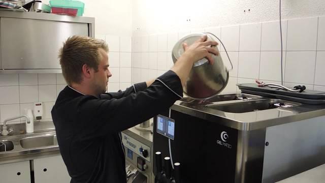 Hanspeter Amsler bei der Glace-Produktion auf dem Söhrenhof in Bözen