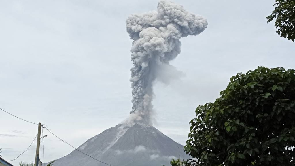 Vulkan Sinabung auf Sumatra spuckt kilometerhohe Aschesäule