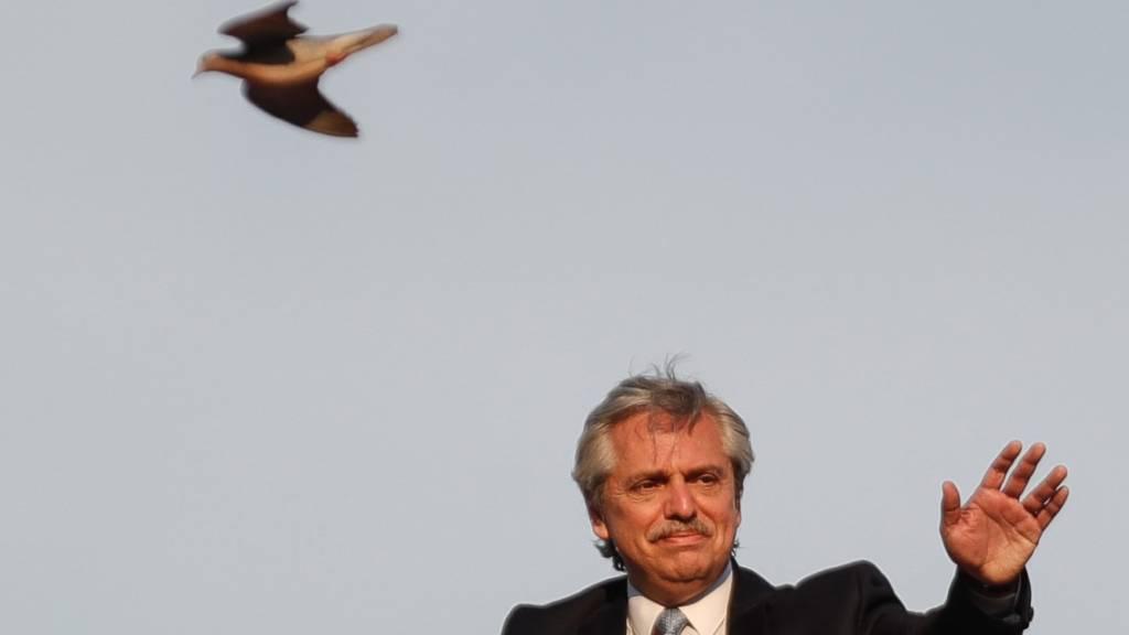 Dem argentinischen Präsidenten Alberto Fernandez fliegt die Zeit im Ringen um eine Umschuldung davon. (Archivbild)