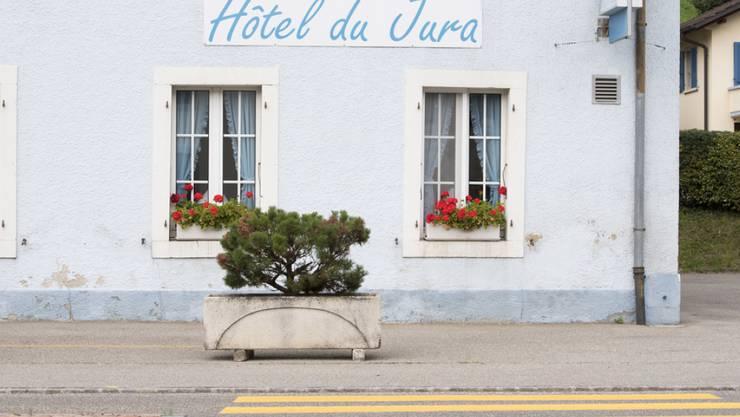 """Das """"Hotel du Jura"""" in Sorvilier. Die bernjurassische Gemeinde entscheidet heute zusammen mit Belprahon über einen Kantonswechsel."""