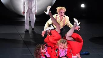 """Etliche Zuschauer verlassen die Aufführung noch vor dem Ende: An den Salzburger Festspielen fällt die Inszenierung des Stücks """"Lulu"""" beim Publikum durch. (Bild Fotoprobe)"""