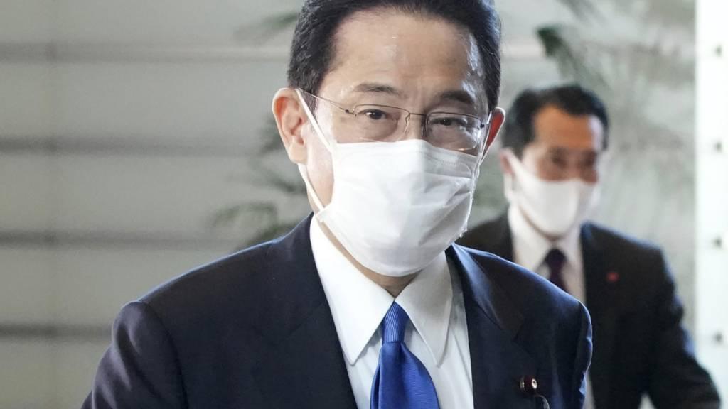 Japans gewählter Premierminister Fumio Kishida kommt in seiner offiziellen Residenz in Tokio an. Kishida wurde in einer Parlamentsabstimmung formell zum neuen japanischen Premierminister gewählt und löste damit Yoshihide Suga ab. Foto: Eugene Hoshiko/AP/dpa