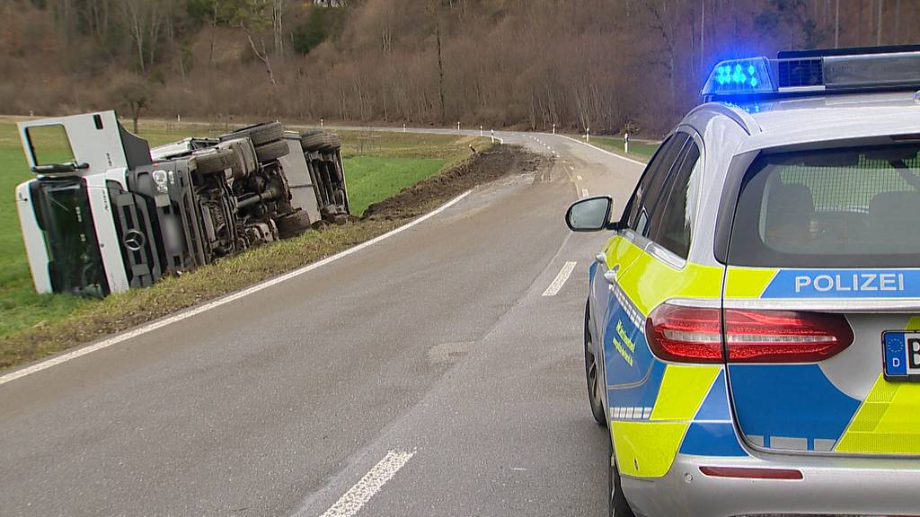 Engen (D): LKW auf Weg zu Genfer Autosalon verunfallt
