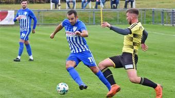 Oltens 1:0-Torschütze Hazir Zenuni lässt Dullikens Verteidiger Edon Llapashtica ins Leere laufen.