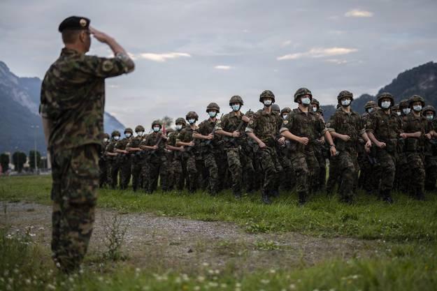 Korpskommandant Aldo C. Schellenberg salutiert Soldaten mit Schutzmaske bei der Fahnenabgabe des Infateriebataillons 65 am 16. Juni 2020 in Walenstadt. Das Bataillon beendete als letztes den Assistenzdienst im Rahmen der Coronavirus-Pandemie.