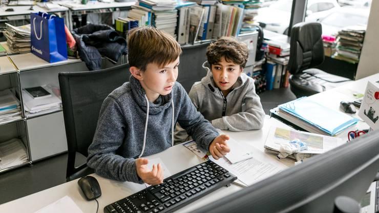 Lukas Lienberger (links) und Ramon Kapriloglu im AZ-Newsroom bei der Arbeit.